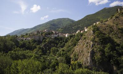 Borgo medievale arroccato su una montagna
