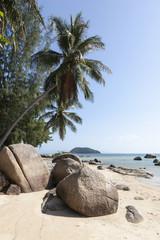 Strand mit Felsen auf der Insel Koh Phangan