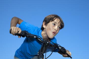 Niño corriendo con la bicicleta