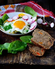 scrambled eggs with spinach and radish