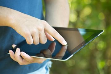 Manos de mujer utilizando una tablet