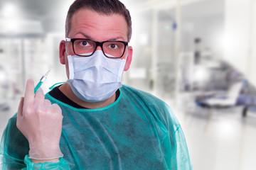 Arzt mit Spritze und Mundschutz