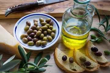 Antipasti  - Oliven, Olivenöl und Käse