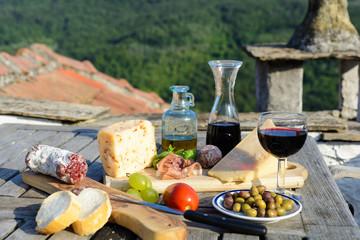 gedeckter Tisch mit mediterranen Spezialitäten