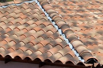 Arêtier de toit de tuiles en Provence