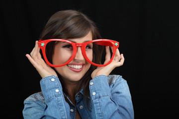 Ragazza con grandi occhiali