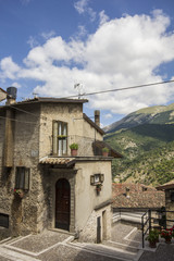Antico borgo medievale fra le montagne