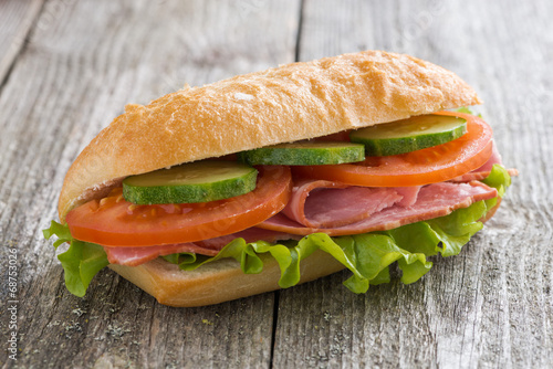 Papiers peints Snack sandwich with ham and vegetables on wooden table
