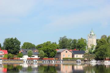 Die finnische Stadt Ekenäs (Tammisaari) spiegel sich im Wasser