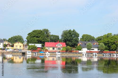 canvas print picture Altstadt von Ekenäs (Tammisaari) spiegelt sich im Wasser