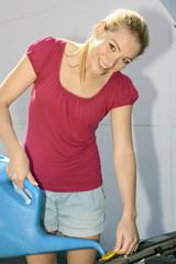 Twen füllt Kühlwasser mit Gießkanne nach