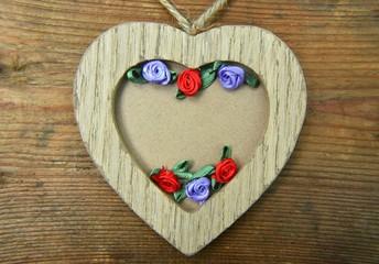 Holzherz mit Blüten und Textfreiraum