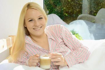 Twen im Pyjama trinkt Cappucino