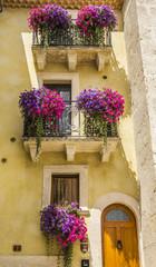 Balconi fioriti con campanelle