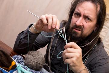 Mann verzweifelt beim stricken