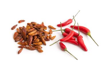Frische und getrocknete Chilischoten
