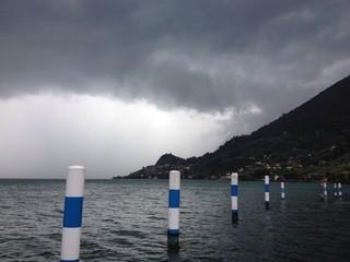 Barriera d'acqua nel lago