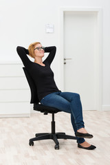 junge frau sitzt in leerem büro