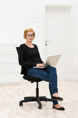 frau sitzt allein im büro