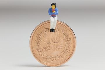 10円と女性