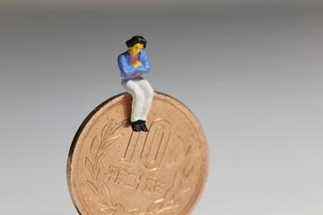 女性と10円