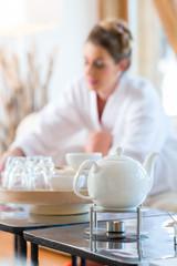 Frau trinkt Tee im Wellness Spa