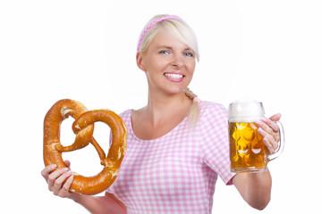 Hübsche Frau mit Brezel und Bier