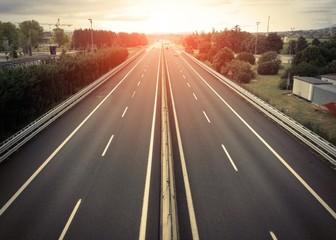 Autostrada vuota al tramonto