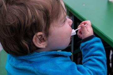 Kleines Mädchen mit Traubenzucker