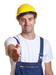 Freundlicher Bauarbeiter bei der Begrüssung