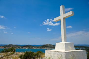 Weißes Gipfelkreuz Kroatien am Meer