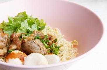 Dry noodles with steamed pork