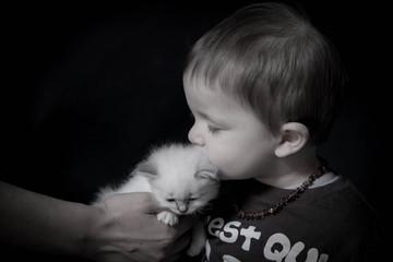 l'enfant et le chaton