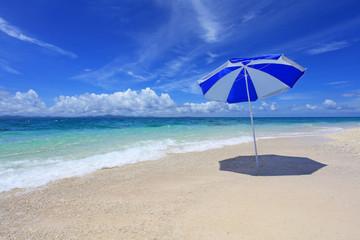 美しい海とビーチパラソル
