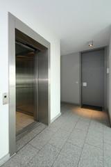 offener Aufzug im Hausflur