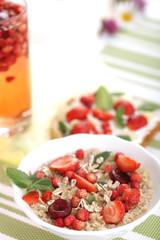 Каша овсяная с ягодами на завтрак