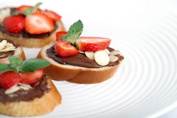 Багет с шоколадной пастой и клубникой