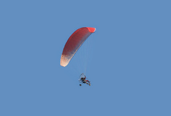Motor hang glider with parachute-wing fly with a pilot