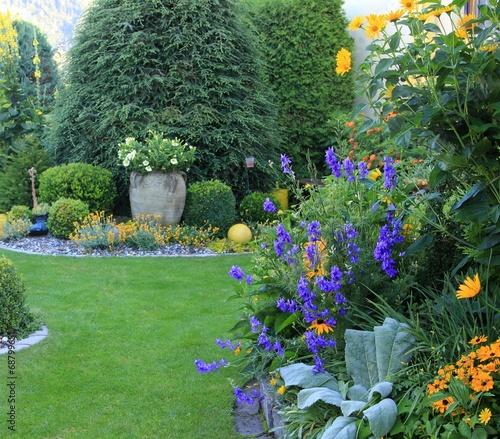 besonders gepflegte Gartenlandschaft - 68799651