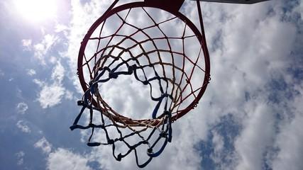 Cesta de baloncesto en contrapicado
