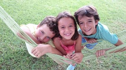 Niños apoyados en hamaca
