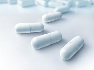 Tabletten auf hellem Untergrund