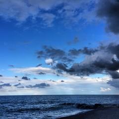 spiaggia con nuvole italia