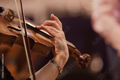 Leinwanddruck Bild Hand of a woman playing the violin