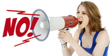 Twen schreit NO! in Megaphon