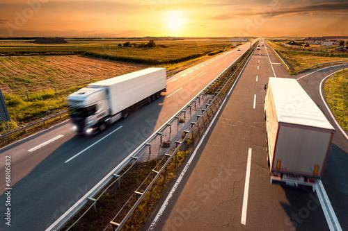 obraz PCV Dwa samochody na autostradzie w motion blur