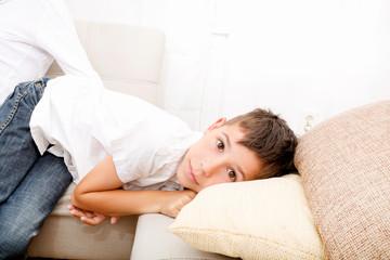 Junge auf dem Sofa