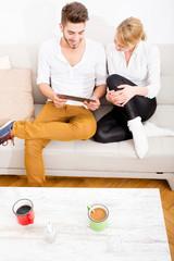 Junges Paar mit Tablet Pc auf dem Sofa