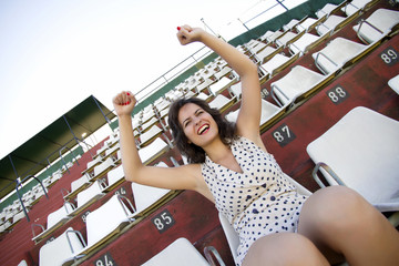 Retro Mädchen jubelt im Stadium
