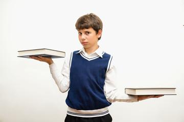 Портрет подростка с книгами в руках